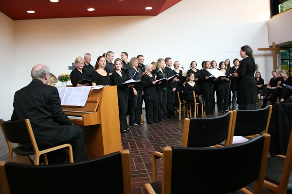 Im Rahmen des 40-jährigen Bestehens des HAWK-Chors haben wir die Möglichkeit gehabt, den Nachmittag mit unserem Repertoire zu ergänzen.